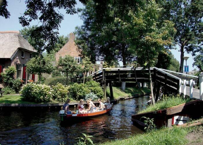 4* MS Johann Strauss Holland zwischen Deich und Fluss